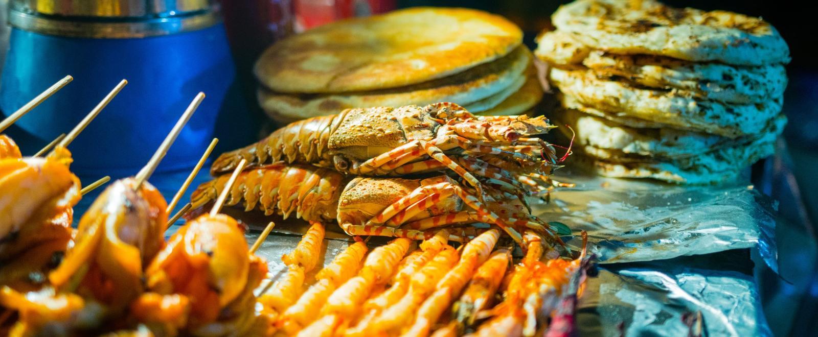 Puesto callejero de comida camboyana en un tour gastronómico.
